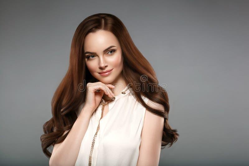 La belle femme de cheveux d'éclat avec la manucure cloue la main WI de brune photos stock