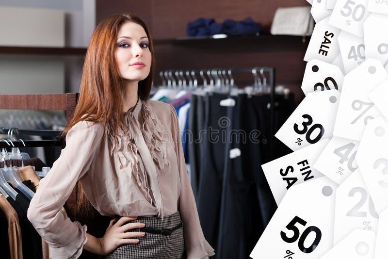 La belle femme est au centre commercial image stock