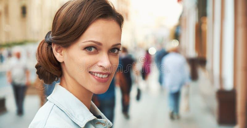 La belle femme est sourire toothy sur une rue images libres de droits