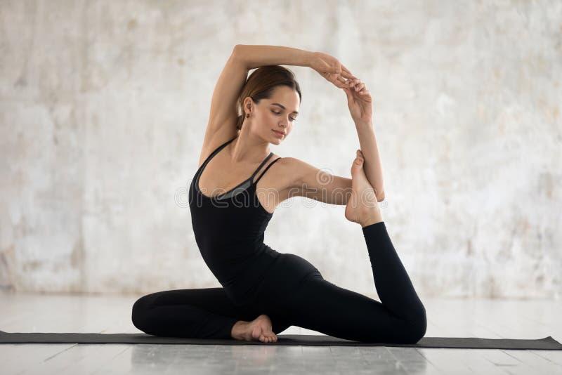 La belle femme exécute le yoga profond d'asana de salto de pose de sirène photos libres de droits