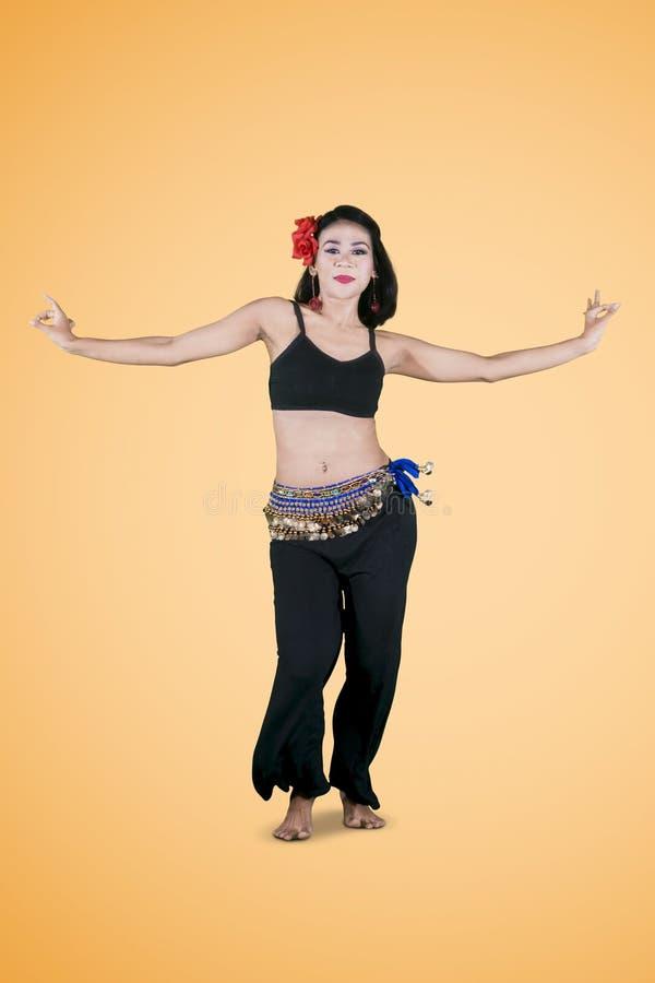 La belle femme exerce la danse de zumba sur le studio photographie stock libre de droits