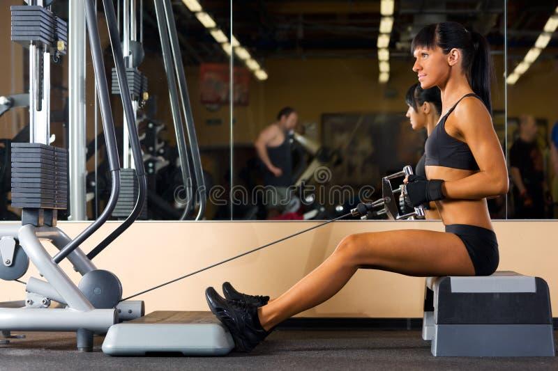 La belle femme fait des exercices à la gymnastique images libres de droits