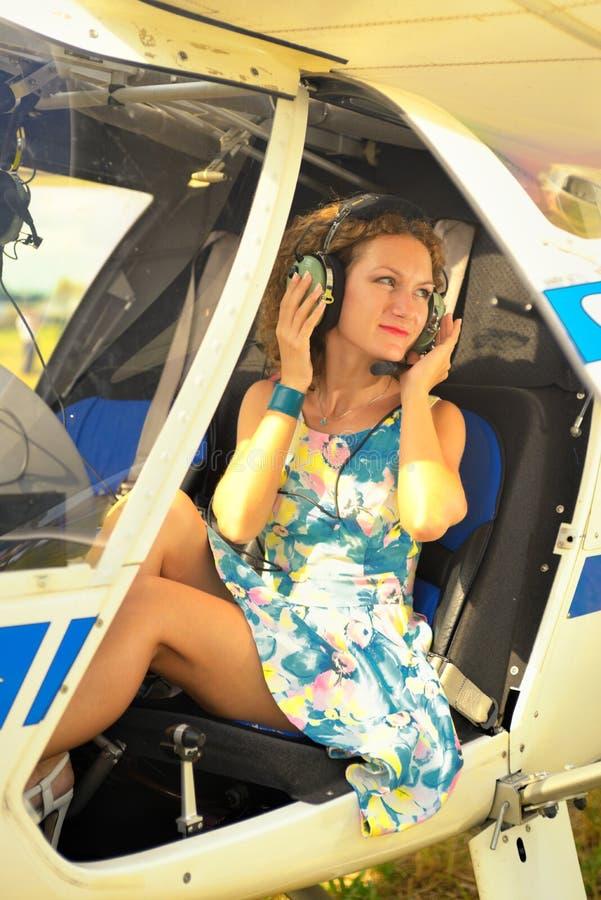 Download La Belle Femme Habillent Dedans Le Pilote Dans Un Habitacle De L'avion Ultra-léger Photo stock - Image du beauté, élégant: 45357128