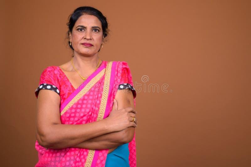 La belle femme indienne mûre avec des bras a croisé images stock