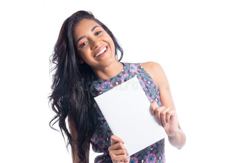 La belle femme juge un rectangle droit Sourire Le Brésil noir photo libre de droits