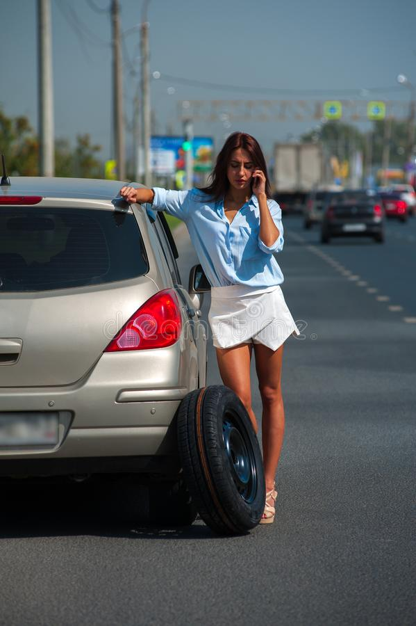 La belle femme a le problème avec la voiture photos stock