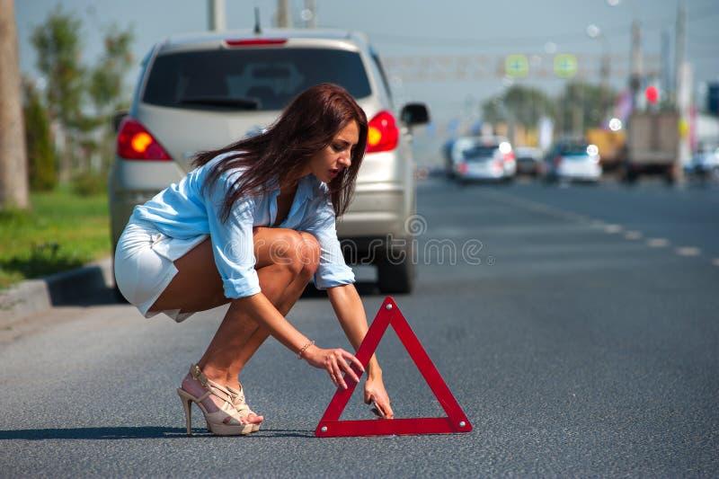La belle femme a le problème avec la voiture photo libre de droits
