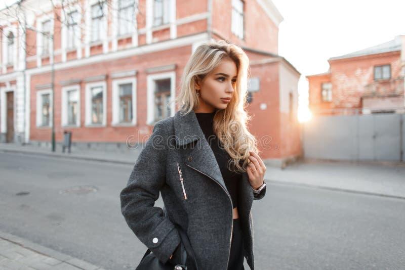 La belle femme modèle de mode à la mode vêtx sur la rue photos stock