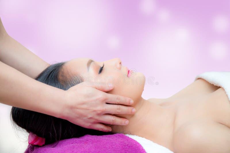 La belle femme obtient un massage facial dans la station thermale images stock