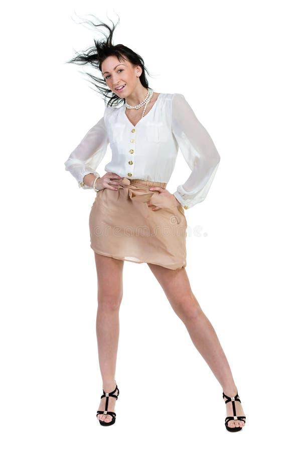 La belle femme s'est habillée dans une jupe et un chemisier d'isolement sur le fond blanc images stock