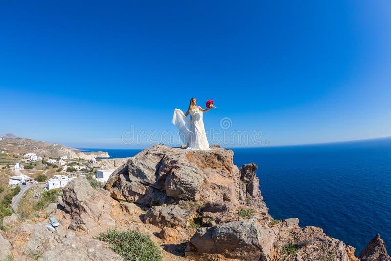 La belle femme se tient sur une haute falaise images libres de droits