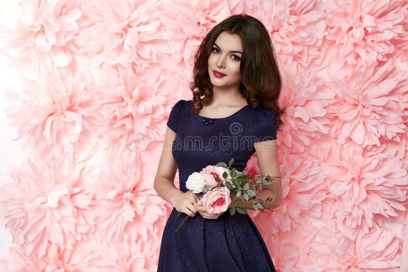 La belle femme sexy habillent dedans le ressort d'été de maquillage de beaucoup de fleurs images libres de droits