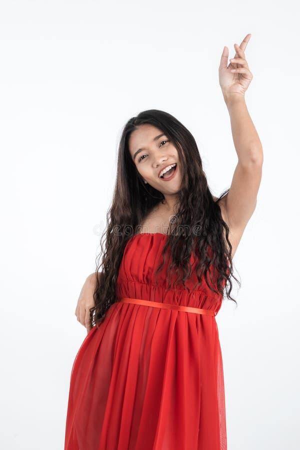La belle femme très heureuse ont plaisir la danse images libres de droits