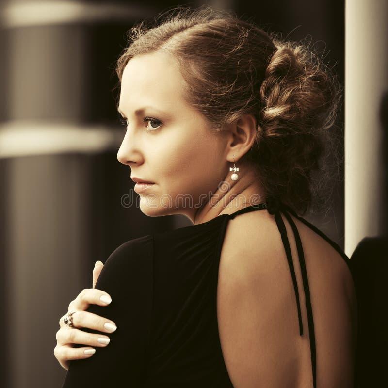La belle femme triste de mode avec le petit pain font des cheveux photos libres de droits