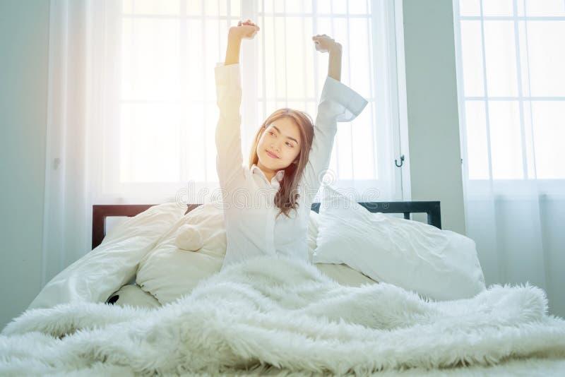 La belle femme utilisant une chemise blanche, se réveillent photo stock