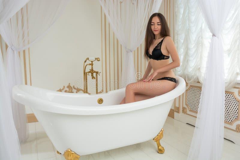 La belle femme va prendre un bain images libres de droits