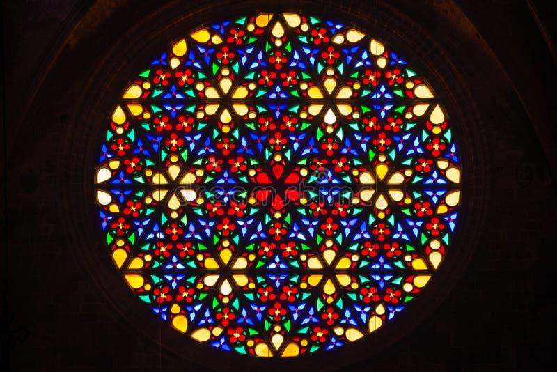 La belle fenêtre rose colorée multi en verre souillé avec la fleur imprime photos libres de droits