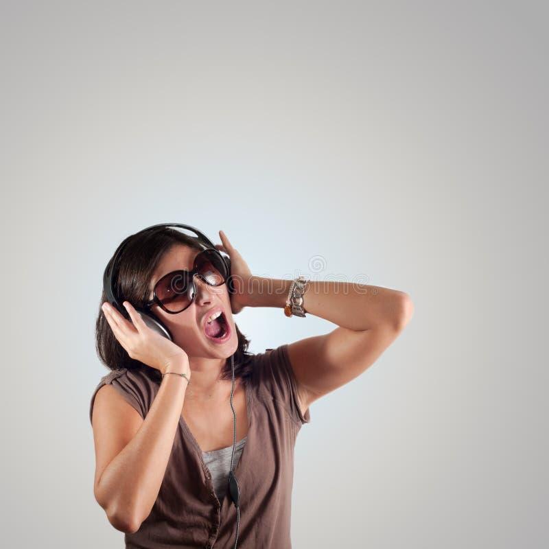 La belle fille écoutent la musique images libres de droits