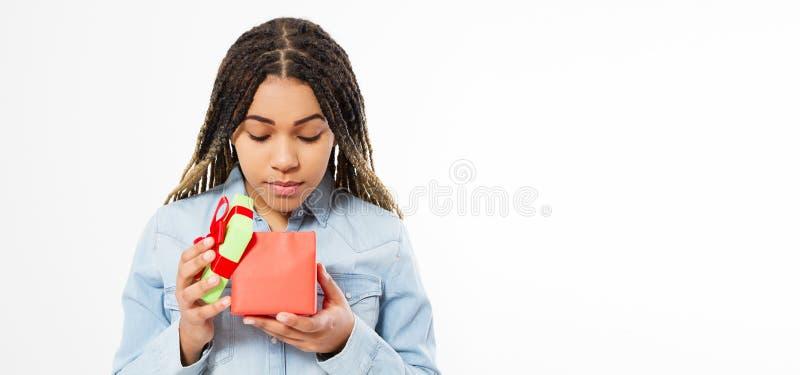 La belle fille afro-américaine ouvre un espace de copie de boîte-cadeau faux, concept de célébration de vacances images libres de droits