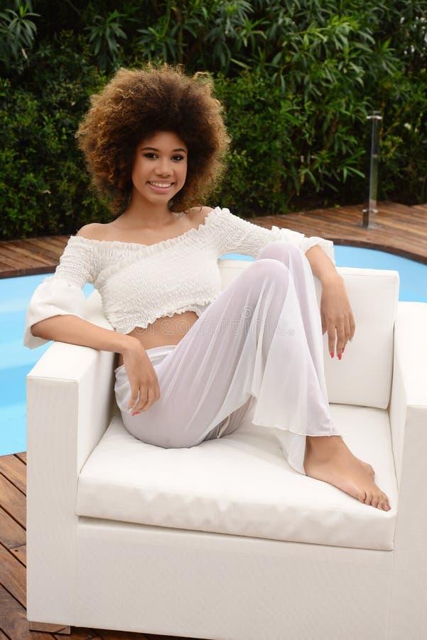 Belle fille au corps mince, détendue près de la piscine spa image stock