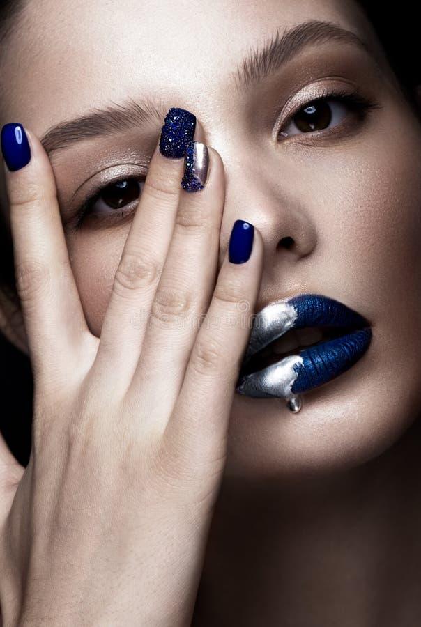 La belle fille avec le maquillage d'art, les lèvres foncées de scintillement conçoivent et des ongles manucurés Visage de beauté images stock