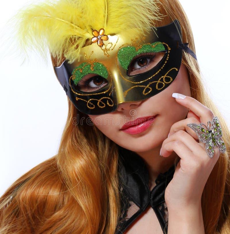 La belle fille avec le masque de carnaval et le papillon de mode sonnent photos stock