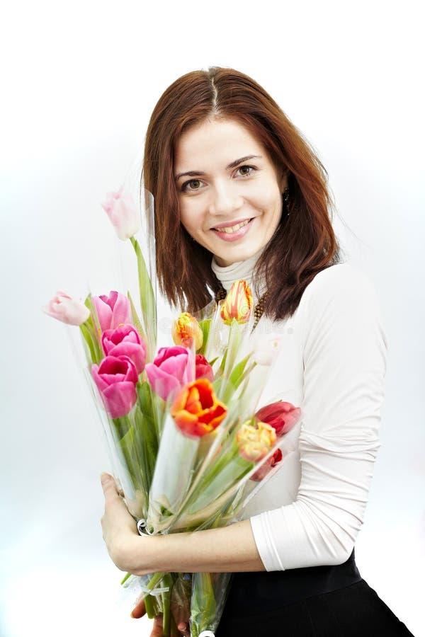 La belle fille avec un bouquet de tulipe fleurit D'isolement sur un fond blanc images libres de droits