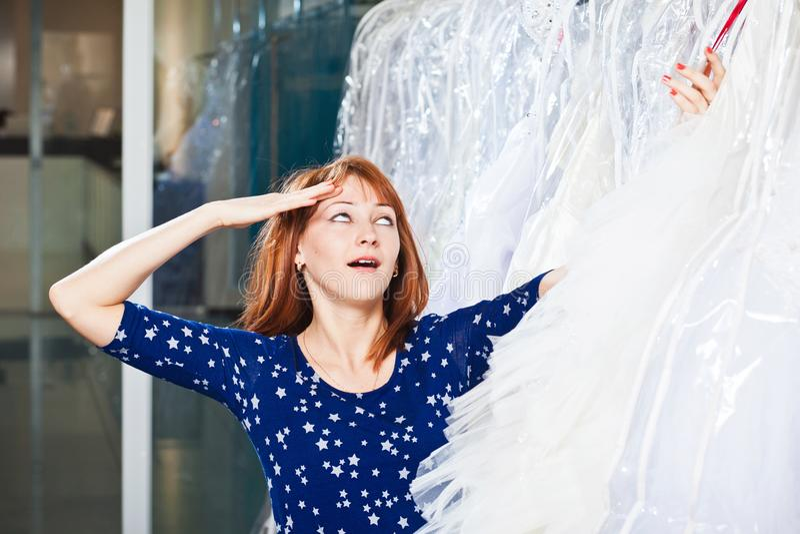 La belle fille choisit sa robe de mariage Portrait à SA nuptiale photo libre de droits