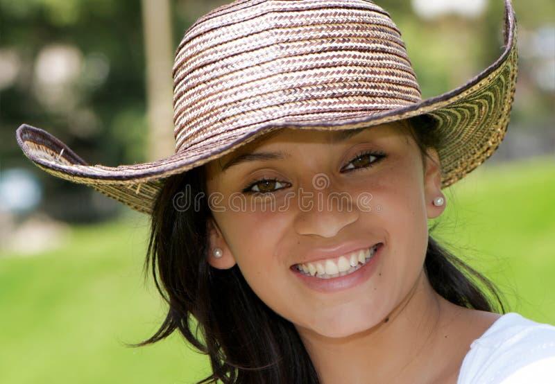 La belle fille colombienne dans un chapeau photo libre de droits