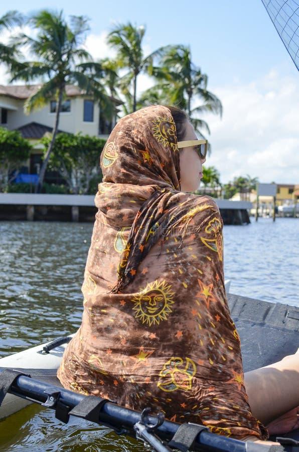 La belle fille couverte d'écharpe hippie navigue la mer images stock