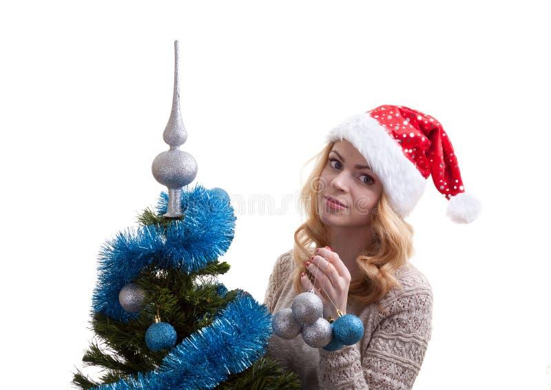 La belle fille décore un arbre de Noël images libres de droits