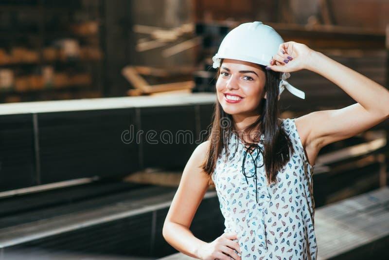 La belle fille dans l'entrepôt fait de la publicité les marchandises photographie stock libre de droits