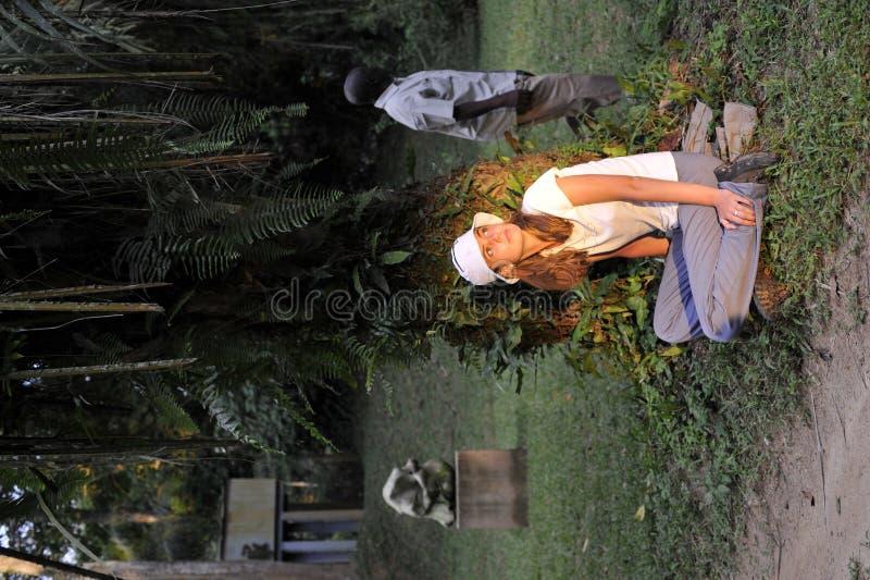 La belle fille dans la jungle Congos. photo stock