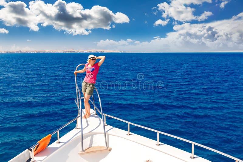 La belle fille dans le chapeau images libres de droits