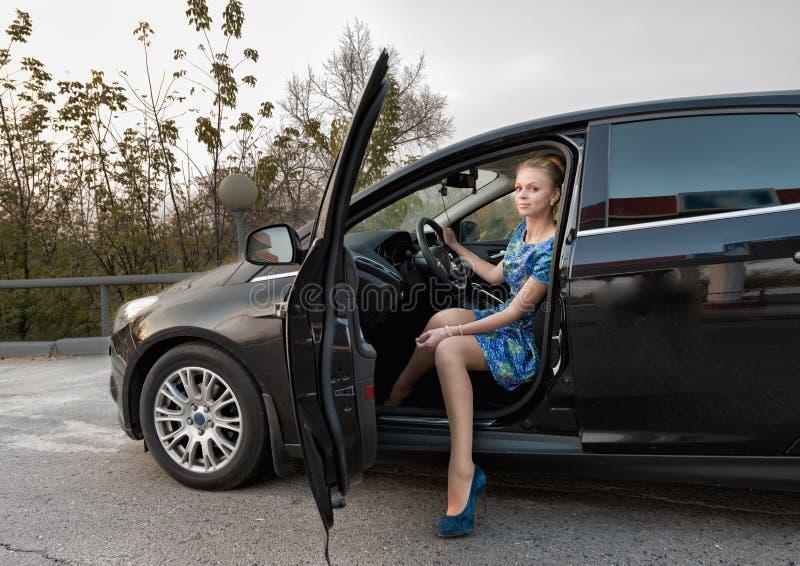 la belle fille dans une robe bleue dans une carlingue de voiture photo stock image du femelle. Black Bedroom Furniture Sets. Home Design Ideas