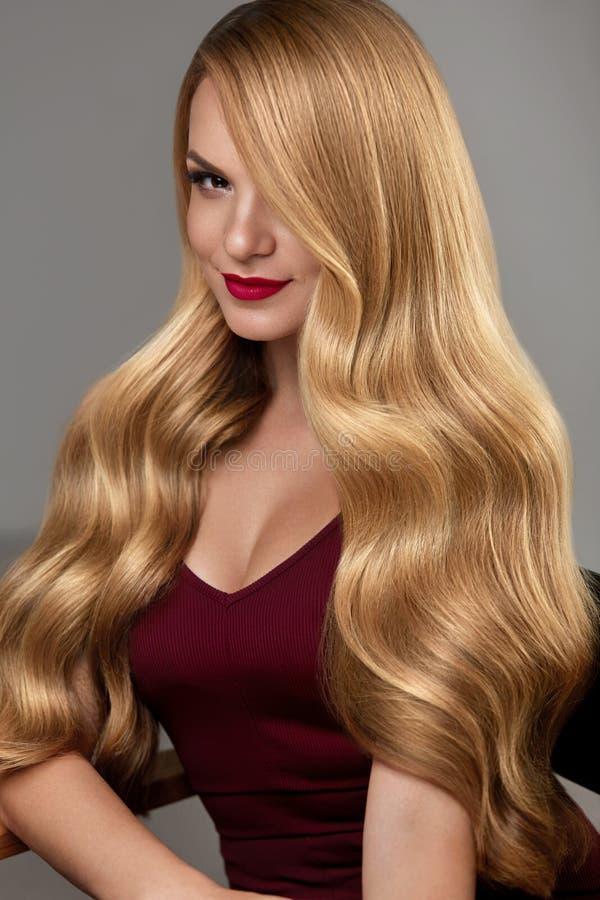 La belle fille de brune avec la coiffure et composent d'isolement sur le fond blanc Belle femme avec de longs cheveux blonds ondu images stock