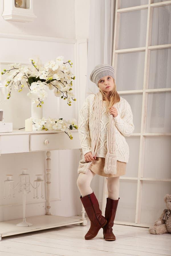 La belle fille de l'adolescence pose dans le studio de photo images stock