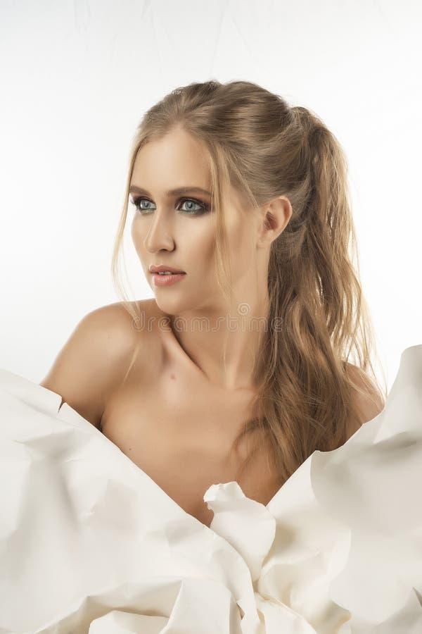 La belle fille de torse nu déchire une grande feuille de pape blanc de whatman photos stock