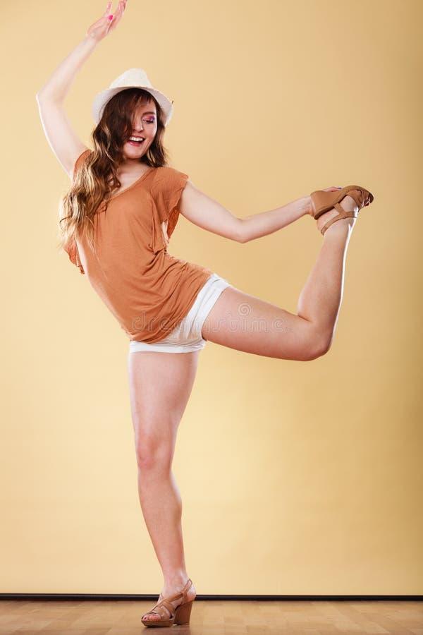 La belle fille en été vêtx la danse image stock