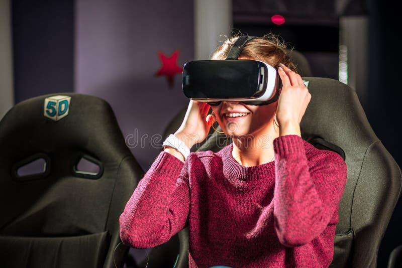 La belle fille en verres virtuels observe un film avec le speci images libres de droits