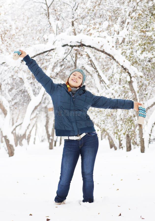 La belle fille heureuse se réjouit en parc extérieur images libres de droits