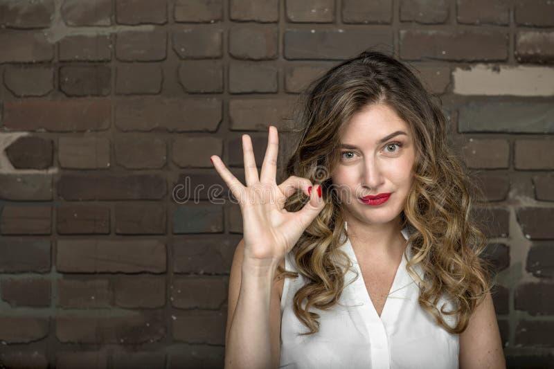 La belle fille montre le signe correct photo libre de droits