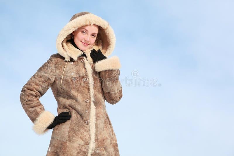 La belle fille reste dans le pardessus de l'hiver photos libres de droits