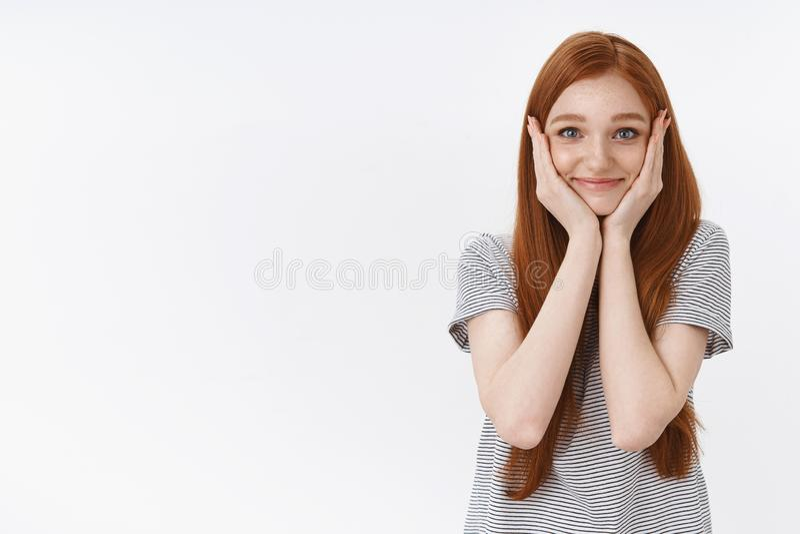 La belle fille rousse mignonne touchée a demandé à aller bal d'étudiants sentir le bonheur réconfortant rougissant les joues joye image libre de droits