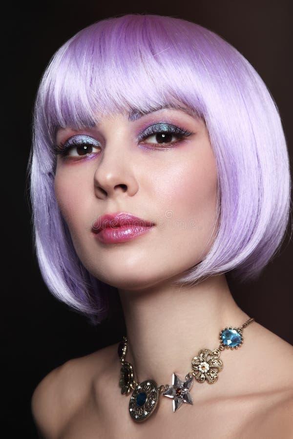 La belle fille sexy avec les cheveux violets et la fantaisie préparent photographie stock