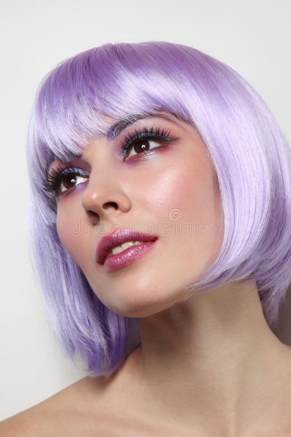 La belle fille sexy avec les cheveux violets et la fantaisie préparent photos stock