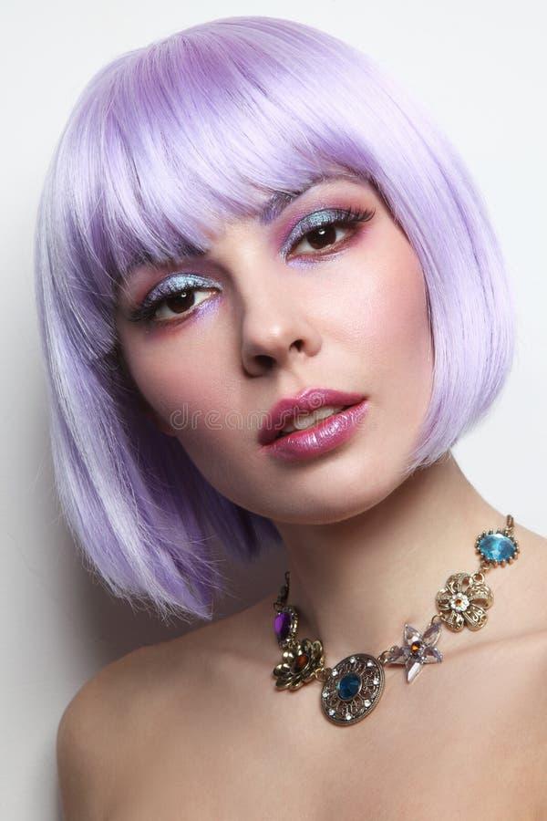La belle fille sexy avec les cheveux violets et la fantaisie préparent image stock