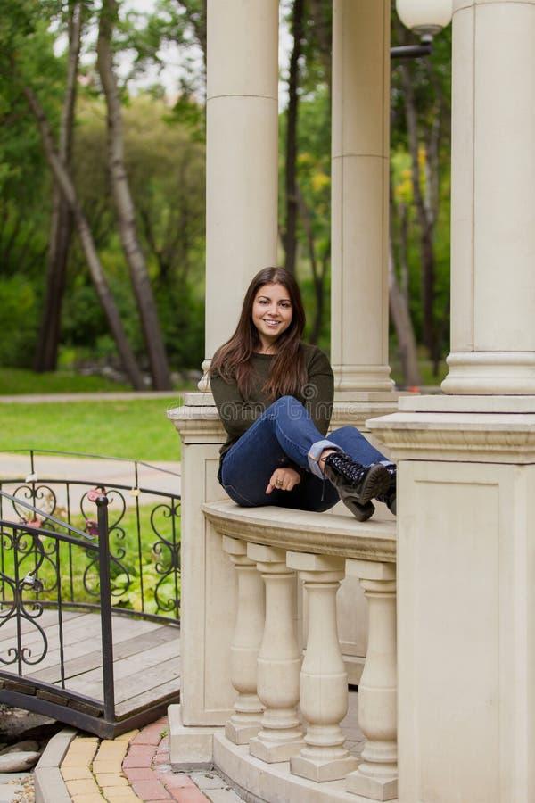 La belle fille sur une balustrade de tonnelle photos libres de droits
