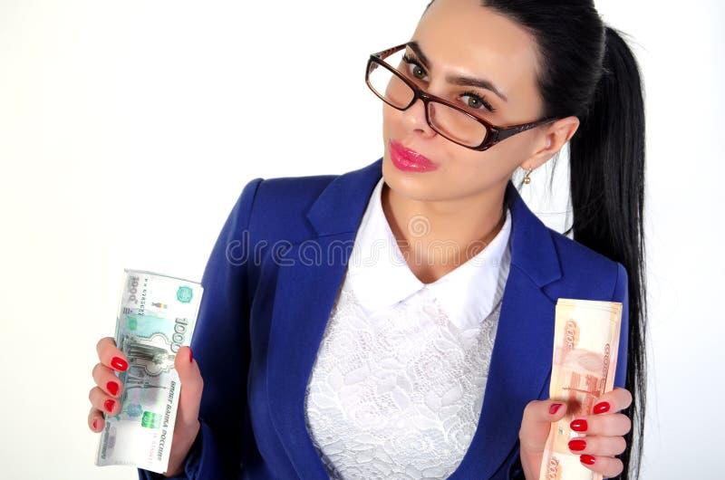 La belle fille tient l'argent dans des mains images stock