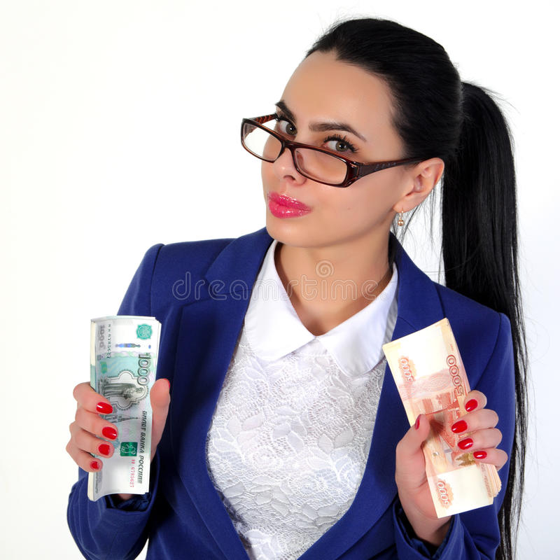 La belle fille tient l'argent dans des mains photos libres de droits